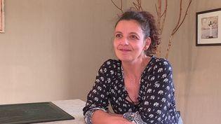 La maladie d'Alzheimer survient généralement à 65 ans mais, parfois, elle peut arriver beaucoup plus tôt. Diagnostiquée Alzheimer à l'âge de 42 ans, Florence Niederlander raconte comment la maladie bouleverse son quotidien et la manière dont les soignants adaptent leur prise en charge. (FRANCE 2)