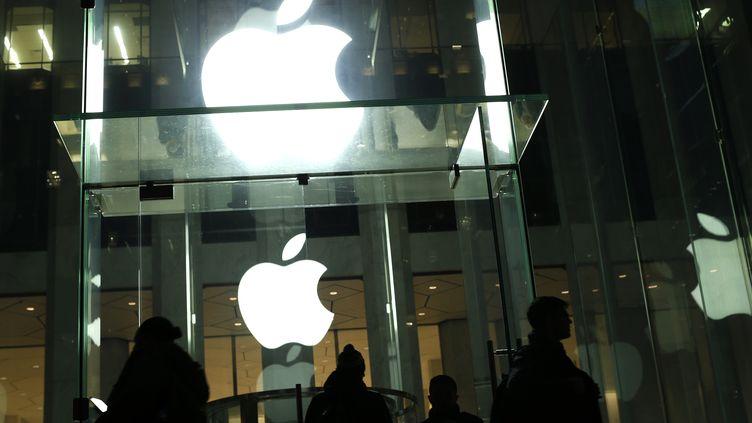Appleestime que débloquer l'iPhone du tueur de San Bernardino reviendrait à créer une porte dérobée qui pourrait affaiblir la sécurité de l'appareil. (KENA BETANCUR / AFP)