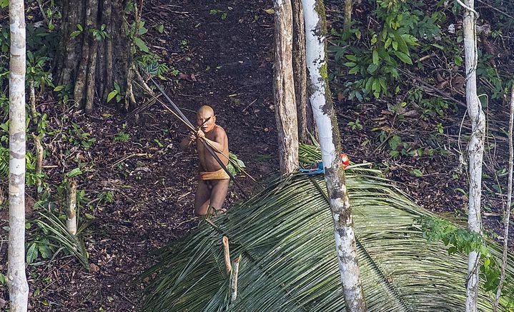 Un membre de la tribu pointe son arc en direction de l'hélicoptère de Ricardo Stuckert, le 18 décembre 2016. (RICARDO STUCKERT)