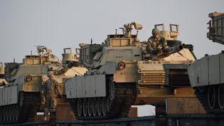 Des chars M1 Abrams de l'armée américaine, le 14 février 2017, près de Constanta, en Roumanie. (DANIEL MIHAILESCU / AFP)