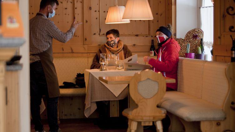 Un restaurant rouvre à Claviere, dans la région du Piémont (Italie), le2 février 2021. (THIBAUT DURAND / HANS LUCAS / AFP)