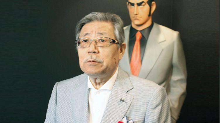 """Takao Saito, le mangaka japonais connu pour sa série """"Golgo 13"""", devantune représentation du personnage principal de sa série, le 4 août 2014, à Sakai, préfecture d'Osaka (Japon). (KYODO / MAXPPP)"""