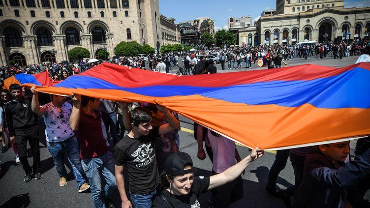 Le 2 mai 2018, des dizaines de milliers d'Arméniens ont convergé vers la capitale, bloquant les routes et les bâtiments du gouvernement, après le rejet par le parti au pouvoir de la candidature du chef de l'opposition. (VANO SHLAMOV / AFP)
