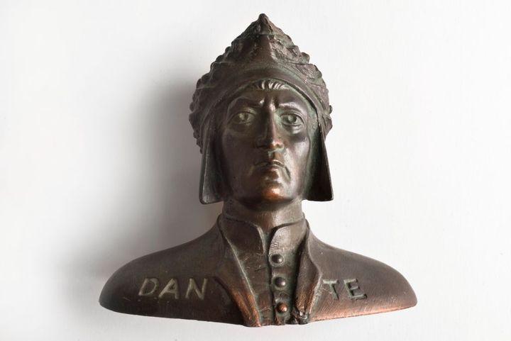 Un buste en métal représentant lepoète et homme de lettres italien Dante Alighieri, mort en 1321. (CLAUDIO CIABOCHI / EDUCATION IMAGES / UNIVERSAL IMAGES GROUP VIA GETTY)