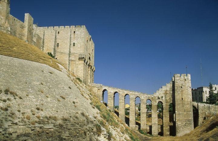 Le pont qui mène à la Citadelle d'Alep (Syrie), en 1997. (FELIPE J. ALCOCEBA / BILDERBERG / AFP)