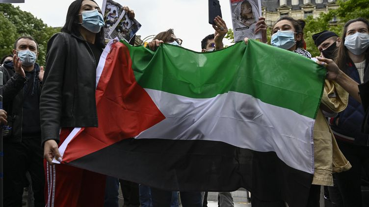 Des personnes manifestent contre les attaques des forces israéliennes contre les Palestiniens à Jérusalem et dans la bande de Gaza, à Paris le 12 mai 2021. (JULIEN MATTIA / ANADOLU AGENCY)