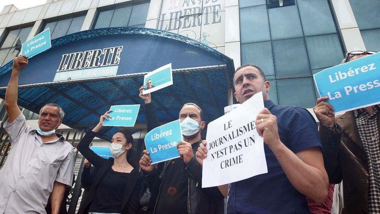 """Manifestation devant le siège du journal """"Liberté""""à Algerpour la libérationde Rabah Kareche, le 25 avril 2021. (- / AFP)"""