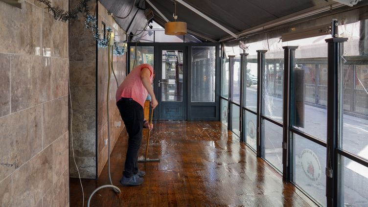 Un restaurateur nettoie sa terrasse en vue de la réouverture, après plus de deux mois de confinement dû au coronavirus (photo d'illustration). (GILLES BADER / MAXPPP)