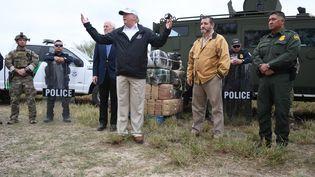 Le président américain Donald Trump reçoit un briefing sur la sécurité à la frontière àMcAllen, au Texas, le 10 janvier 2019. (JIM WATSON / AFP)