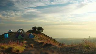 Le journal du 20 Heures vous emmène à la découverte d'un volcan qui fascine. Il s'appelle le Rinjani, et se trouve sur l'île indonésienne de Lombok. Pour parvenir au sommet, il vaut mieux avoir un petit peu de souffle : un jour et demi de marche est nécessaire. (FRANCE 2)
