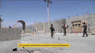 Des soldats afghans dans la base de Bagram. (franceinfo)