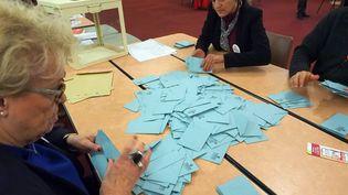 Des bulletins dépouillés dans un bureau de vote à Perpignan (Pyrénées-Orientales), le 29 janvier 2017, à l'issue du second tour de la primaire de la droite. (RAYMOND ROIG / AFP)