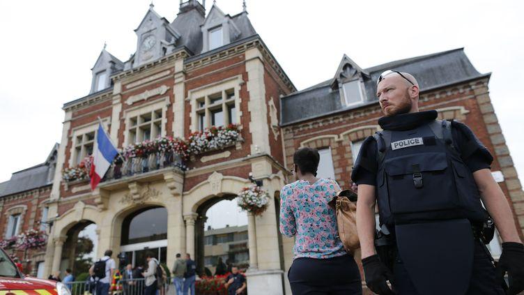 Devant l'hôtel de ville deSaint-Etienne-du-Rouvray (Seine-Maritime), le 26 juillet 2016. (CHARLY TRIBALLEAU / AFP)