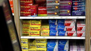 Une étagère de médicaments photographiés à Thionville (Moselle) le 15 octobre 2015. (MAXPPP)
