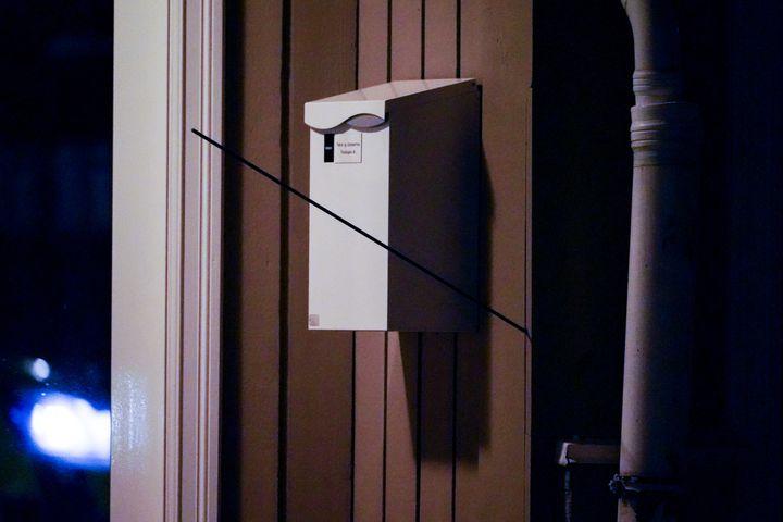 Une flèche est plantée dans un mur sur les lieux où un homme a tué plusieurs personnes avec un arc et des flèches àKongsberg en Norvège le 13 octobre 2021. (HAKON MOSVOLD LARSEN / NTB)