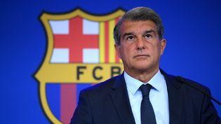 Joan Laporta, le président du FC Barcelone, lors d'une conférence de presse au Camp Nou le 16 août 2021. (LLUIS GENE / AFP)