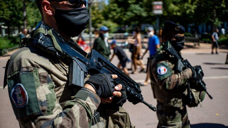 Des militaires de l'opération Sentinelle, à Lyon (Rhône), le 6 août 2020. (NICOLAS LIPONNE / HANS LUCAS)
