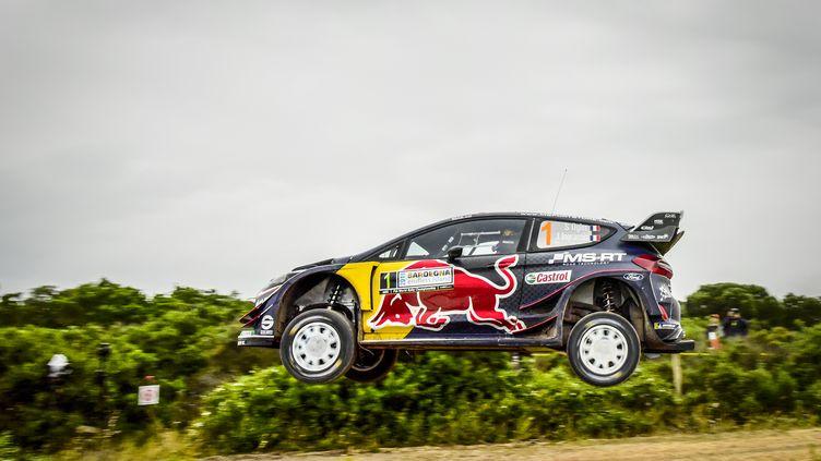 Sébastien Ogier (Ford) en plein décollage  (FRANCOIS FLAMAND / DPPI MEDIA)