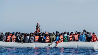 Des dizaines de migrants à bord d'une embarcation pneumatique flottant dans les eaux méditerranéennes au large de la côte nord-est de la Lybie, le 27 avril 2021.  (FLAVIO GASPERINI / SOS MEDITERRA / MAXPPP)