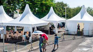 Un centre de dépistage du Covid-19 en plein air, à Goyave, en Guadeloupe, le 23 septembre 2020. (LARA  BALAIS / AFP)
