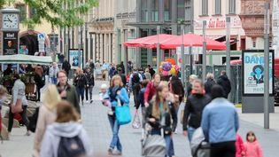 Dans une rue de Leipzig (Allemagne), le 25 mai 2020. (JAN WOITAS / DPA-ZENTRALBILD / AFP)