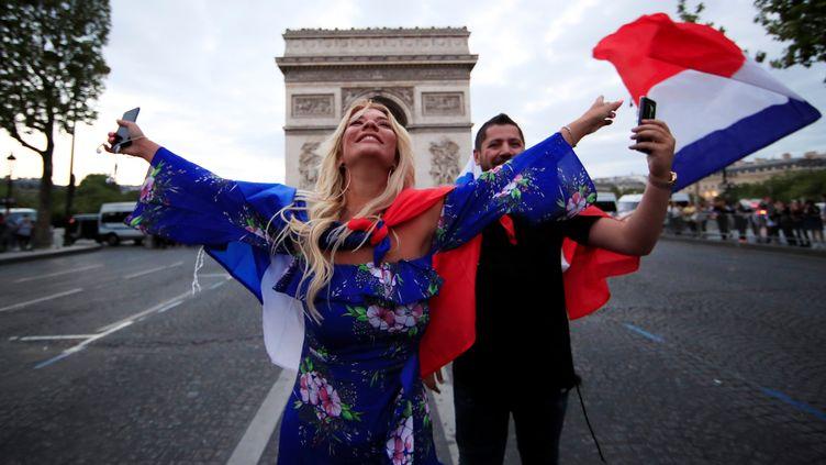 De premiers supporters sont vite arrivés sur les Champs-Elysées, à Paris. (GONZALO FUENTES / REUTERS)