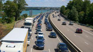 Des voitures à l'arrêt dans un embouteillage sur l'autoroute A7, au niveau de Valence (Drôme) dans le sens nord-sud, le 11 juillet 2020. (NICOLAS GUYONNET / HANS LUCAS / AFP)