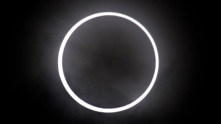 L'eclipse annulaire observée dans le district de Ginza près de Tokyo (Japon) le 21 mai 2012 (TAKESHI FUJIHARA / YOMIURI)