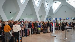 Des passagers attendent leurs vols à l'aéroport de Marrakech, le 15 mars 2020. (AFP)
