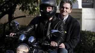 Yanis Varoufakis, avec le casque, etEuclide Tsakalotosquittent en moto une réunion au palais du Premier ministre, à Athènes, le 3 avril 2015. ( ALKIS KONSTANTINIDIS / REUTERS)