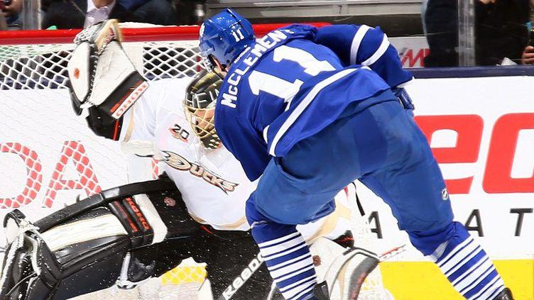 Jay McClement (Toronto Maple Leafs) et Jonas Hiller (Anaheim Ducks) (ABELIMAGES / GETTY IMAGES NORTH AMERICA)