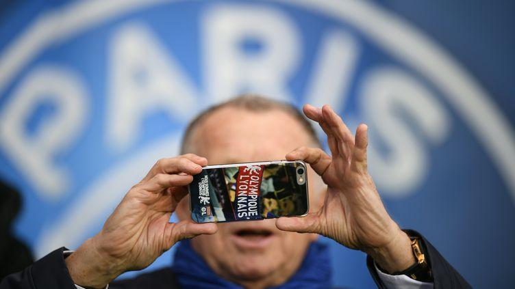 Jean-Michel Aulas fait peut-être un selfie avec le logo du PSG (FRANCK FIFE / AFP)