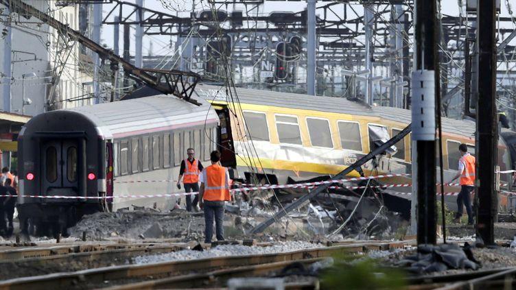 Le train Paris-Limoges après son déraillement en gare de Brétigny-sur-Orge (Essonne), le 12 juillet 2013. (KENZO TRIBOUILLARD / AFP)