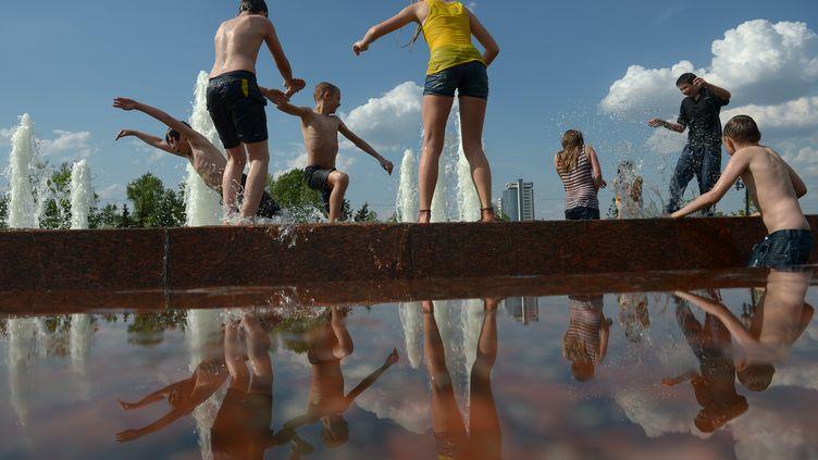 Des adolescents se rafraîchissent dans une fontaine à Moscou (Russie), le 14 mai 2013. (RIA NOVOSTI / AFP)
