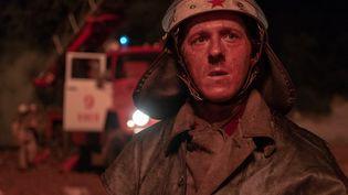 Adam Nagaitis incarne le pompier Vasily Ignatenko arrivé sur les lieux sans protection dans la nuit. Transporté en hélicoptère dans un hopital de Moscou, il décède des suites des radiations (HOME BOX OFFICE (HBO))