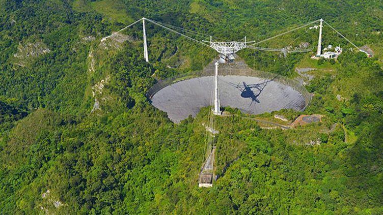 (Le radiotélescope de 300 mètres de diamètre d'Arecibo, à Puerto Rico. © Serge Brunier.)