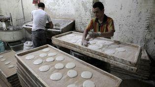 Boulangerie, fabrication du pain subventionné au Caire. Egypte le 22 octobre 20011. (MAHMUD HAMS / AFP)