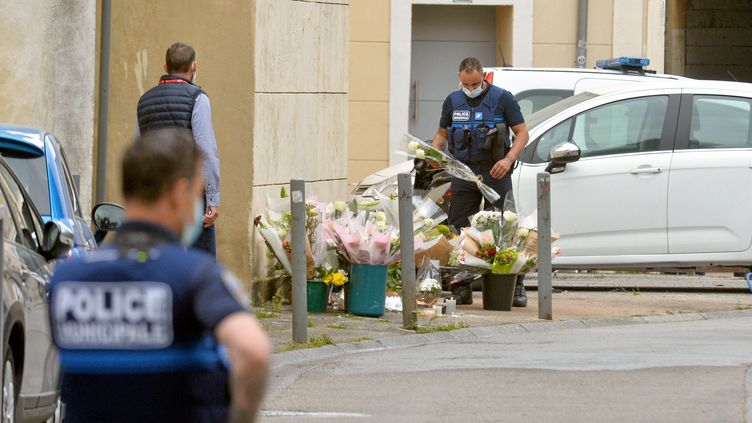 Un policier dépose des fleurs le 6 mai 2021 après la mort d'un policier à Avignon. (MICHAEL ESDOURRUBAILH / MAXPPP)