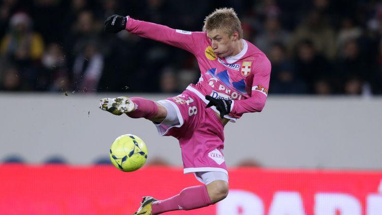 Le défenseur danois d'Evian Daniel Wass reprend la balle de façon acrobatique, lors du match opposant son équipe au PSG, le 8 décembre 2012 au Parc des Princes. (KENZO TRIBOUILLARD / AFP)