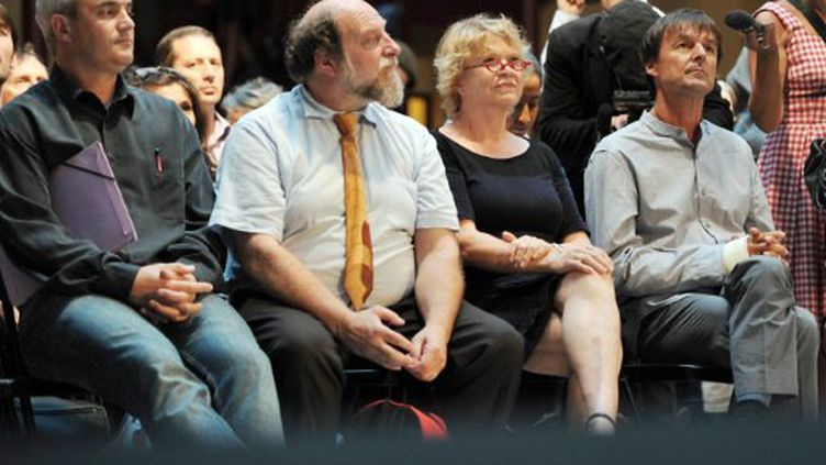 Nicolas Hulot, Eva Joly, Henri Stoll et Stephane Lhomme patientent avant de débattre, à Lille, le 15 juin 2011. (AFP - Philippe Huguen)