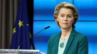 La présidente de la Commission européenne, Ursula Von der Leyen, lors d'une conférence de presse à Bruxelles (Belgique), le 25 mars 2021. (ARIS OIKONOMOU / AFP)