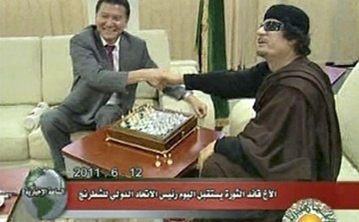 Une partie très médiatisée entre le président russe de la Fédération internationale d'échecs et le dirigeant libyen Mouammar Kadhafi le 12 juin 2011. Image diffusée par la télévision libyenne. (Fide/Reuters)