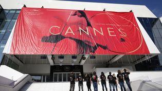 Des ouvriers réalisent les derniers préparatifs avant l'ouverture du 70th Festival de Cannes, à Cannes (Alpes-Maritimes), lundi 15 mai 2017. (MAXPPP)