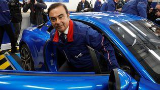 Le PDG de Renault, Carlos Ghosn, sort d'une Alpine A110 lors de l'inauguration d'une usine, le 14 décembre 2017, à Dieppe (Seine-Maritime). (CHARLES PLATIAU / REUTERS)
