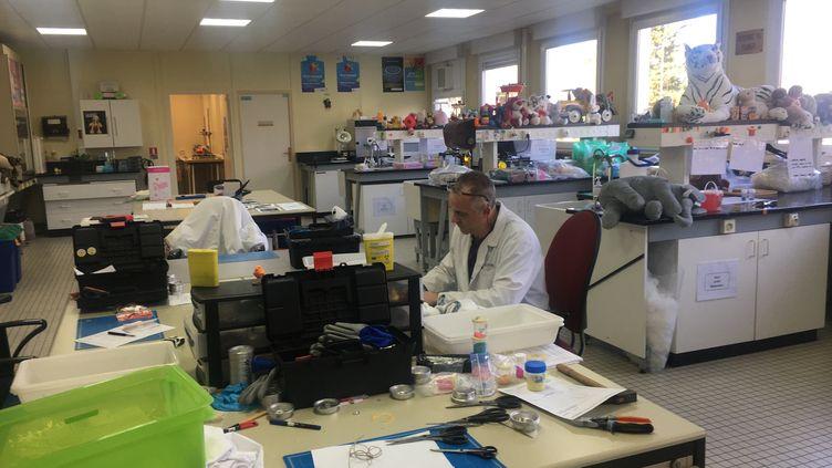 Un ingénieur du laboratoire des Douanes et de la Répression des fraudes de Lille. (Joachim Dauphin)