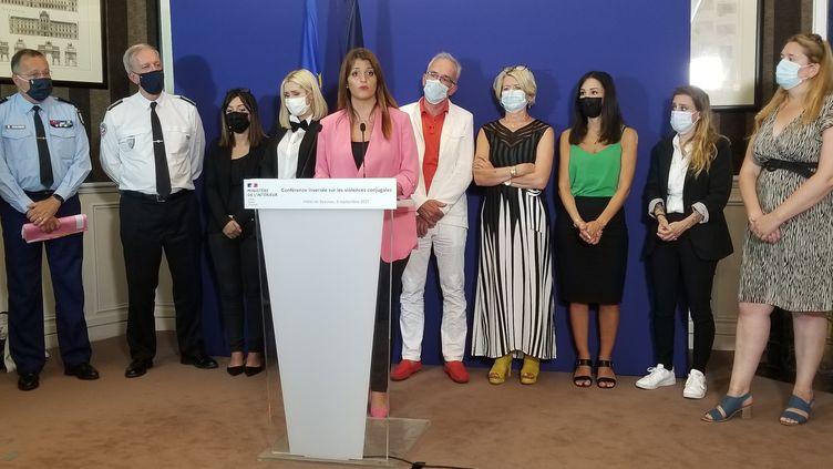 La ministre déléguée auprès du ministre de l'Intérieur Marlène Schiappa entourée des responsables de police et de gendarmerie et des victimes et familles de victimes, le 6 septembre2021. (CLÉMENTINE VERGNAUD / FRANCE INFO)