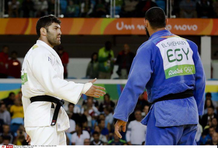 Le judoka égyptienIslam El Shehaby (en bleu) refuse de serrer la main à l'IsraélienOr Sasson, à l'issue de leur combatau tournoi olympique de Rio, le 12 août 2016. (MARKUS SCHREIBER / AP / SIPA / AP)
