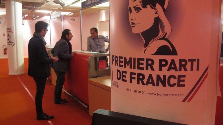 Des sympathisants FN à un stand d'information du Congrès du parti à Lyon (Rhône), le 30 novembre 2014. (ARIANE NICOLAS / FRANCETV INFO)