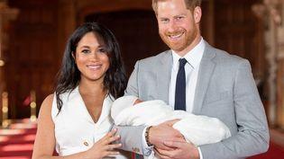 Le prince Harry et sa femme Meghan Markle lors de la présentation de leur fils Archie, au château de Windsor, à Londres, le 8 mai 2019. (DOMINIC LIPINSKI / AFP)