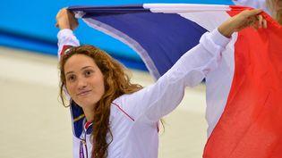 Camille Muffat célèbre son titre olympique au400 m nage libre, le 29 juillet 2012, aux Jeux olympiques de Londres (Royaume-Uni). (GABRIEL BOUYS / AFP)